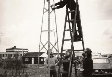 1973: de oliecrisis. Roel van Duijn rechts onderaan bij de trap, organiseerde bij mijn huis aan de Spaarndammerdijk een persconferentie om te laten zien dat elektriciteit opwekken met de wind ook kon. Op de Trap Chris Westra. Onder aan de trap Fon ten Thy en Herman Tossijn.